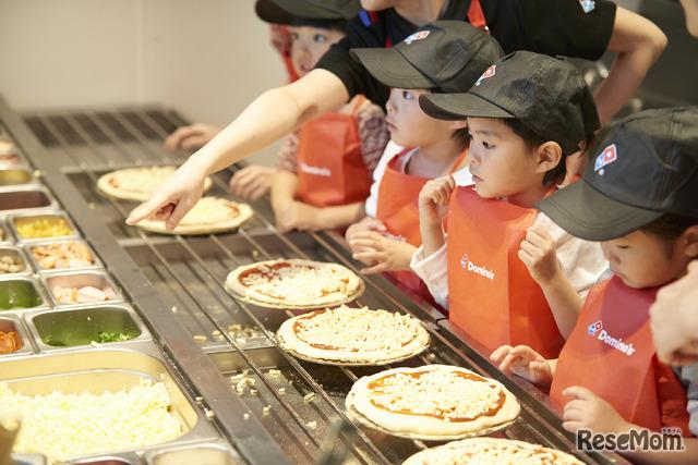 どんなピザになるか想像しながらトッピングを選んでいく子どもたち