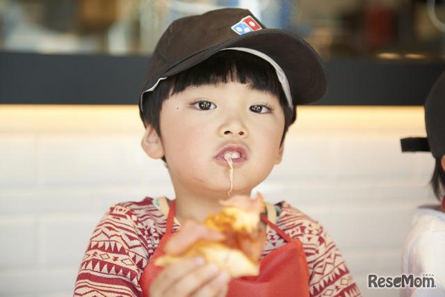 自分でつくった焼きたてピザはおいしいね