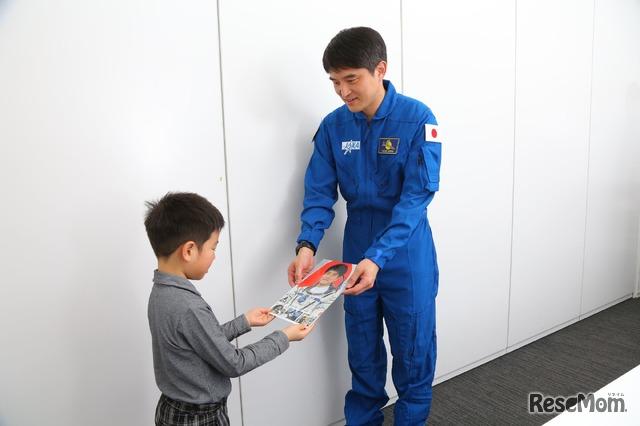 インタビュー後には大西宇宙飛行士からサイン贈呈のサプライズ