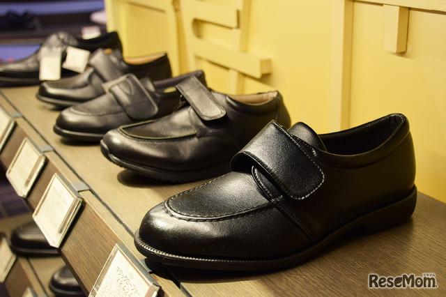 男の子の靴はマジックテープのタイプが人気