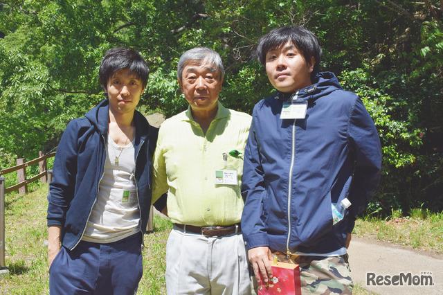 横浜ホンチ保存会の末崎正会長(中央)、長男の訓正さん(右)、次男の正彬さん(左)