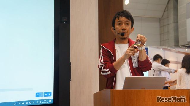 デモンストレーションステージ「子どもたちの学び方改革・マイクラとmicro:bitでプログラミング教育」に登壇した日本マイクロソフトの春日井良隆氏