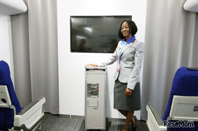 TGG 2階「アトラクション・エリア」 写真は「エアポートゾーン」の「エアプレイン」。制服はTGGのためにANAがデザインしたもの。左肩と胸に2者のロゴが入る特製品