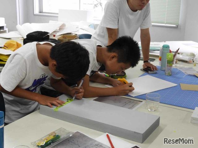 発表の準備を行う6年生たち