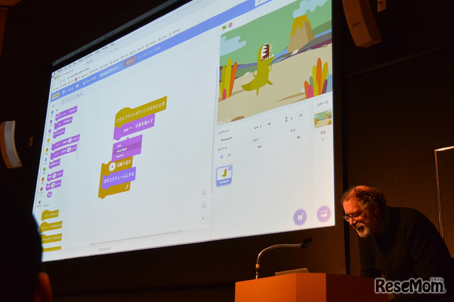 自らmicro:bitとつないだプログラムを作成し「Scratch3.0」ベータ版の実演を行うレズニック氏