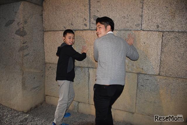 巨大な切石が参加者を感嘆させる文殊院西古墳の内部