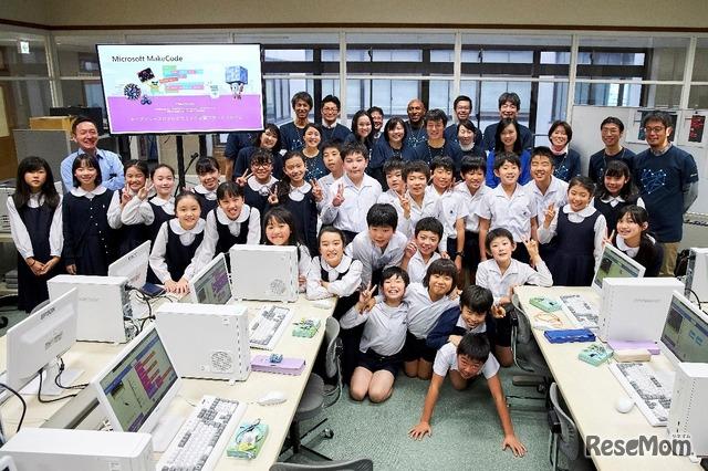 最後に、参加してくれた子どもたちと先生、WDLCのスタッフ全員で記念撮影。楽しかった授業の後だけに、みんな笑顔!