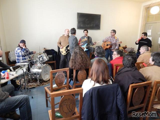 ホームレス支援施設で毎週開催されている「Som da Rua(道の音)」の練習会