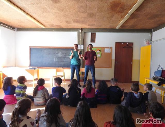 オスカル(左)とティアゴ・オリベイラ(右)によって行われた出張授業
