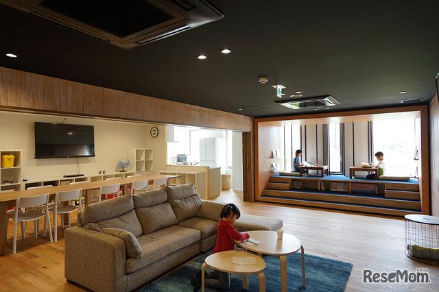 ウィズダムアカデミー 千葉幕張校は、自然素材を使用した内装で、シックでおしゃれな空間
