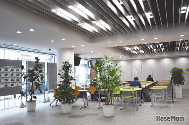 河合塾 麹町校 自習スペースはオープンスペースのほか、個別ブース式自習室がある