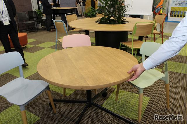 質感がやすらぎを与える木の机と椅子。パステルカラーがかわいい。