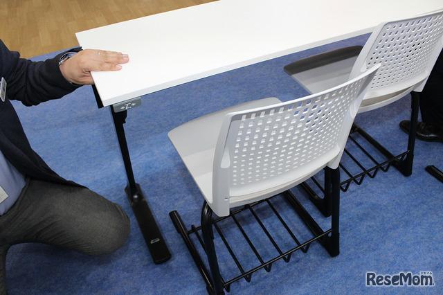 長机と椅子のセット。リュックを使う学生が多いことから付けられた荷物置き場がある。
