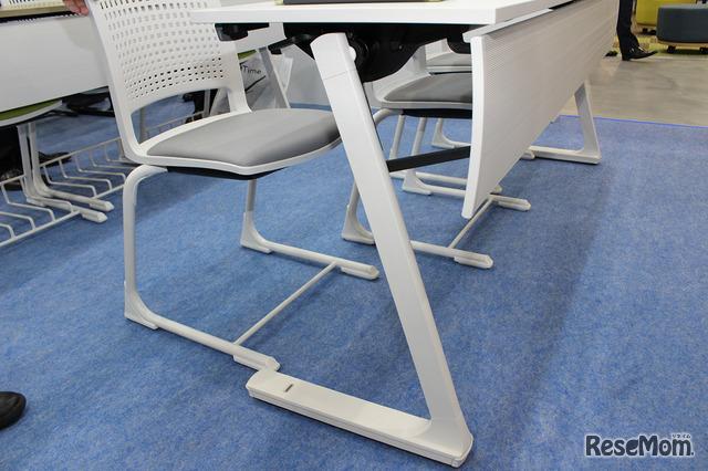 長机と椅子のセット。机の脚がL字型で、足が入れやすい工夫が施されている。