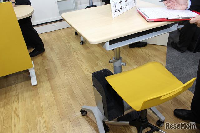 上げ下げが簡単な机と椅子。足元にはファイルを置けるスペースも確保。