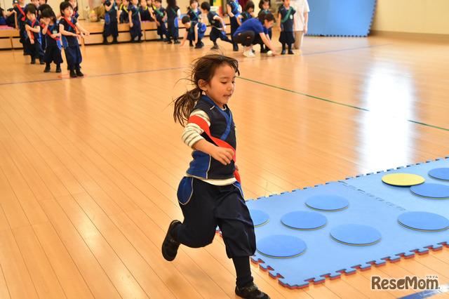 園内の広いホールで、子どもたちは伸び伸びと体を動かすことができる