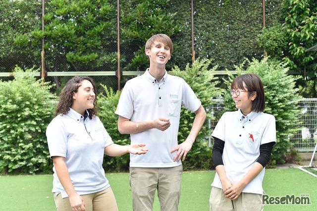左から、ネイティブ保育士を務めるクリスティーナ先生、ジョーダン先生。長年の海外在住経験を生かし、バイリンガル保育士として働く服部先生