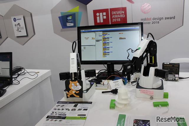 Scratchでロボットアームをコントロールしている。ロボットアームは、教育用として破格でレンタル可能という。