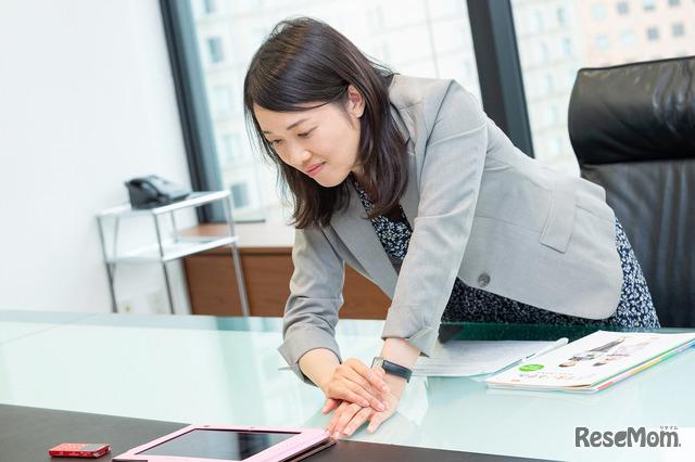 スマイルゼミ 幼児コースのタブレット教材の紹介をするジャストシステム・ラーニングイノベーション事業部の鎌田美代氏