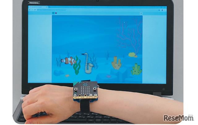 micro:bitを手前に傾けると魚は下に異動、奥側に傾けると上に移動するよ。サックスはランダムに流れてくるので、うまく動かそう。