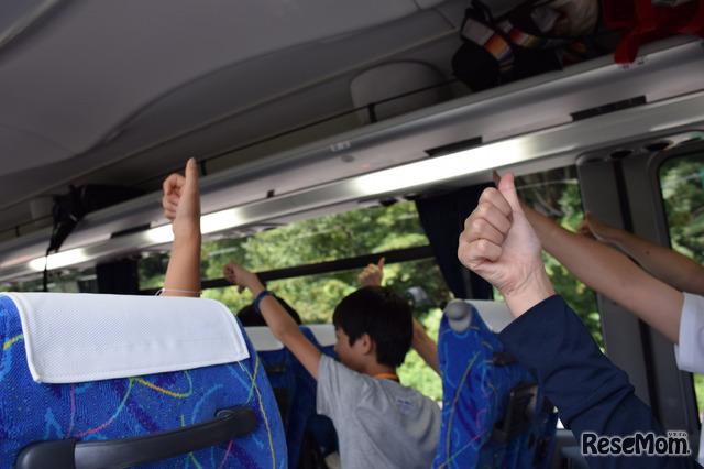 貸切バスの中ではダムや発電所に関する解説やクイズで盛り上がった