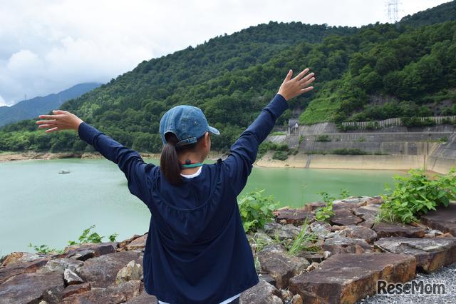 二居ダムの水は硫黄泉の影響でエメラルドグリーンの水