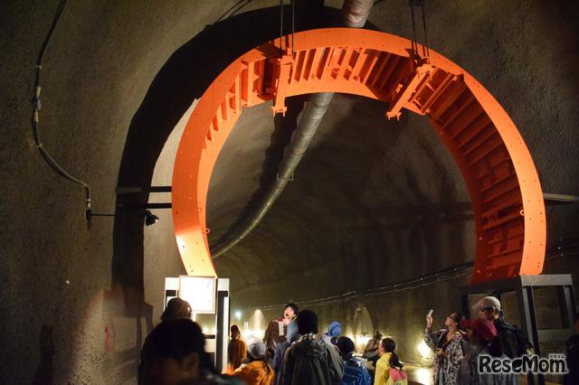 真っ赤な大きな輪は放水路のコンクリート打設時に使った移動式の型枠「セントル」