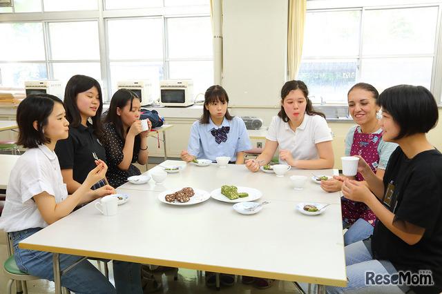 アラビア語での調理実習後、皆で試食(本体)