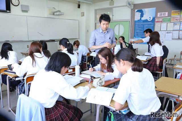 数学の授業(IBコース)。生徒たちはグループごとに分かれている