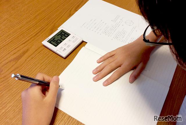 受験に向けて、本格的に過去問や苦手科目に取組む時期に突入。スマホを机に置かず、タイマー「ベンガ君」で集中。