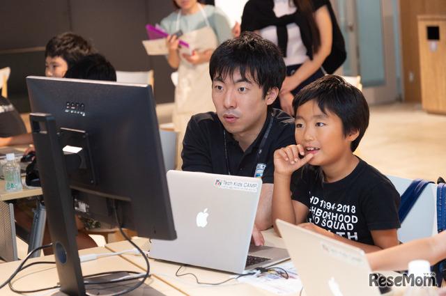 親子体験会では、アイケアモニターでプログラミングに挑戦した。「家にも大きなモニターがほしい」という小学2年生の息子のリクエストに応え試してみることに