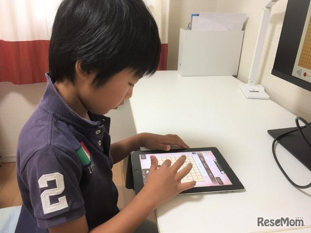 一方、タブレットではどうしても姿勢が崩れがち。目と画面の距離も近く、長時間プレイさせるのは親としては心配
