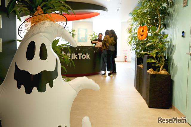 TikTokオフィスの受付もハロウィンの飾り付け