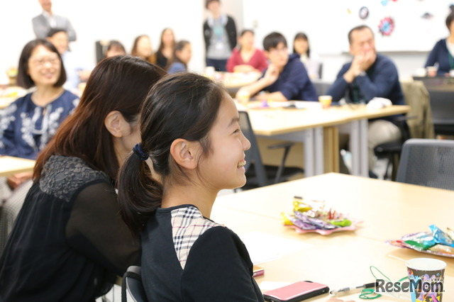 面白いものから、実は学習に役立つ面白いショートムービーも。会場には親子の笑顔があふれた