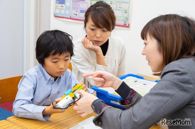 """一方的に先生から教わるのではなく「どのパーツが一番大事だと思う?」「どうやって使ったらいいと思う?」と、子どもの""""考え""""を引き出しながら進む授業が印象的だった"""