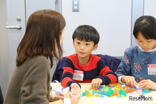 子どもたちはカラフルなブロックが大好き。ワークショップ開始前から夢中になって組み立てる子どもたちの姿もあった