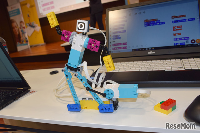 腕を回したり光ったり。ロボットの動きをすぐに確認できるので、子どもたちは短時間に集中して楽しく学ぶことができる