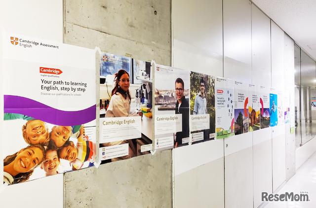 工学院大学附属中学校・高等学校の廊下にはCambridge Assessmentのポスターがずらり。インストラクショナルデザインによって子どもたちの学習意欲が高まる