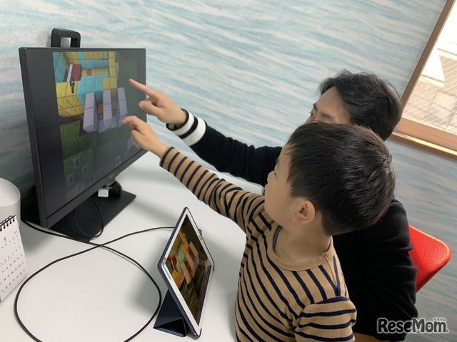 一緒に画面を見るので会話も生まれる。息子はマインクラフトで作った街や仕掛けを自慢げに説明してくれた