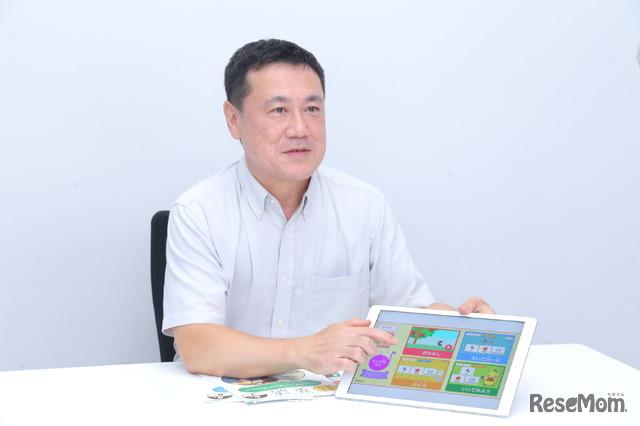デジタル教材を手に学研教室の英語の指導方法を語る船城氏