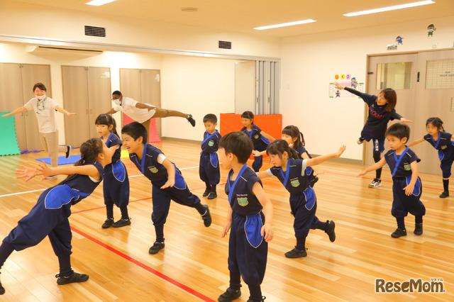 年長の運動プログラム「Ninja遊び」。担任のほか専任スタッフが指導する