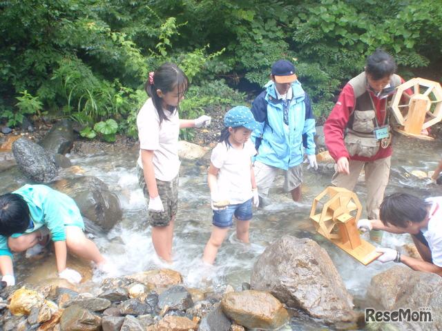 2011年「エコ×エネ体験ツアー水力編 御母衣 小学生親子ツアー」にて。川で水力発電の実験をしているようす。