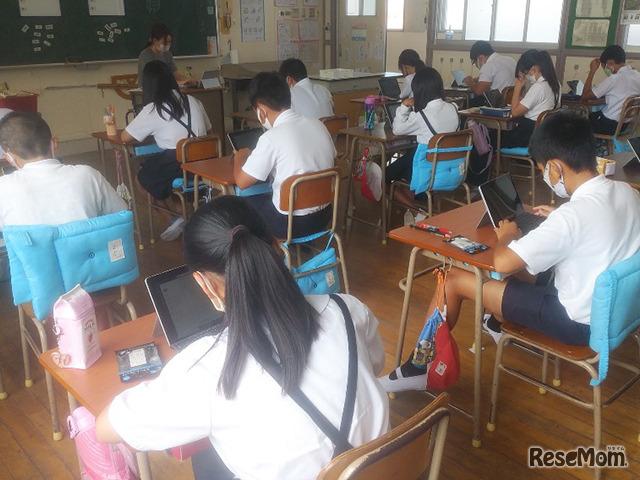 Surface Goで日記をつける児童たち