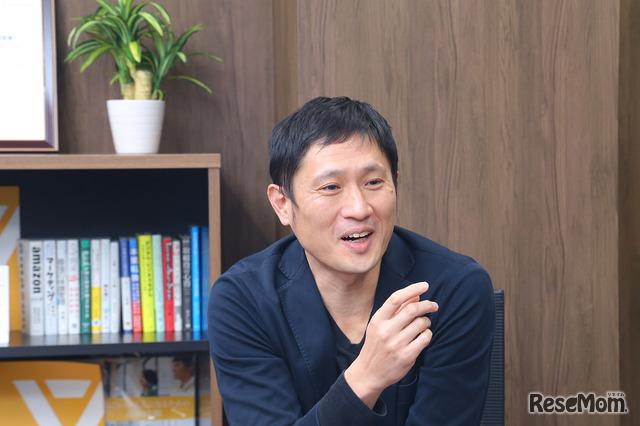 インタビューに応えるワオ高校の川本潤先生