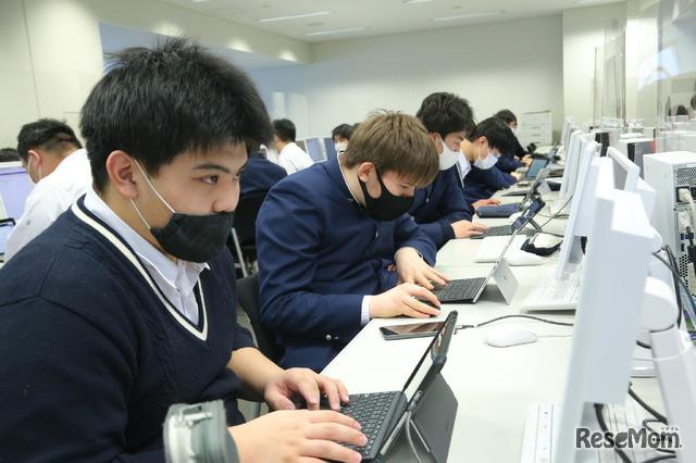足立学園ではSurfaceとデスクトップPCを中心にしたICT環境を整備