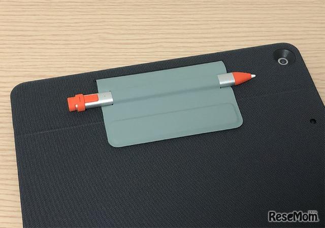 デジタルペンシル用の収納フォルダー。しっかりと挟み込まれているため、カバンの中に入れても抜け落ちる心配がない