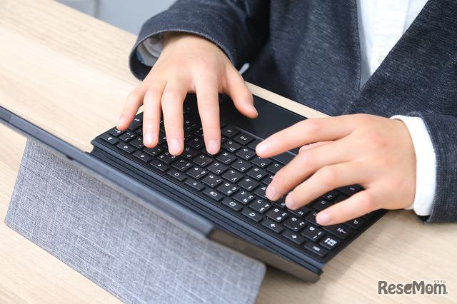 付属のタッチパネル付きフルサイズキーボードは、キートラベル1.5ミリ