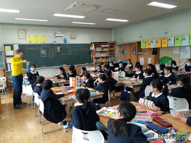 アーティストをゲストティーチャーに迎えて行われた「英語でアート」の授業