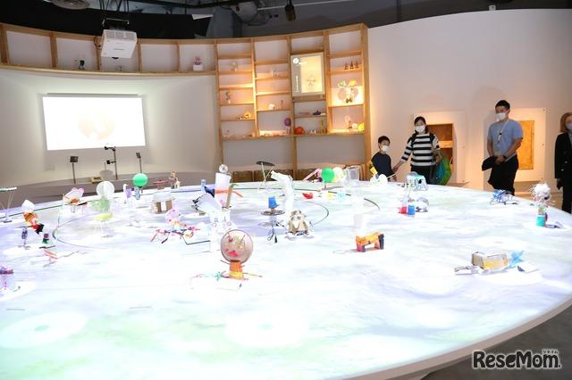 中央の大きな台には、他の人がつくった作品が並んでいる