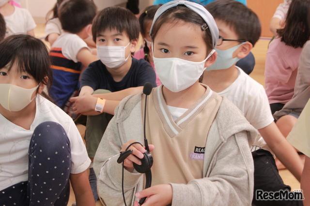 「歯とお口の健康教室」を視聴する子供たちのようす